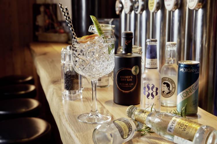 cocktailglas-auf-bar