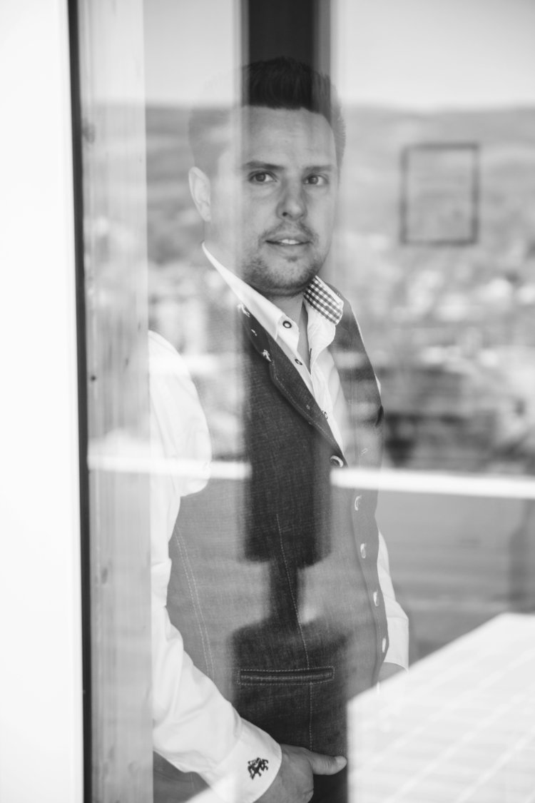 business-portrait-mann-fenster